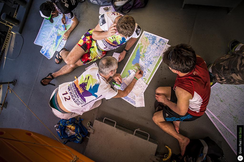 Mapy, to byly čtyři plachty A0 v měřítku 1:100 000. Dvě jsme dostali hned, další dvě nás čekaly v depu před kolem, tedy asi po 5 dnech závodění.