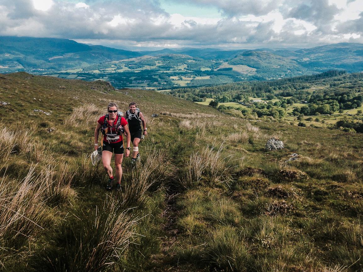 Pátý den, stoupáme na jeden z posledních kopců (foto Damian Hall).