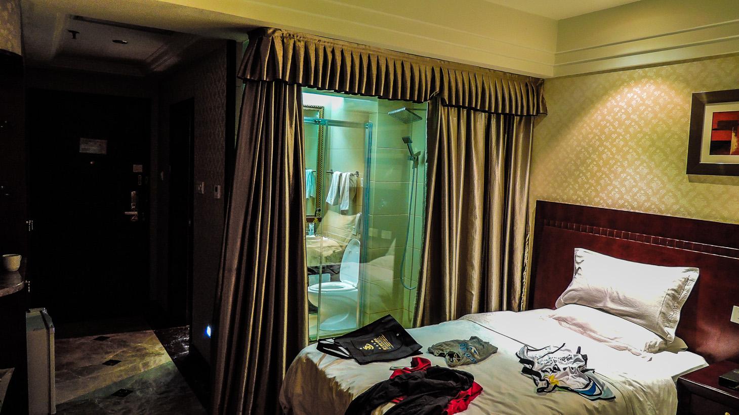 Pokoje tu měli zajímavé - koupelna i záchod prosklené, pouze závěs - zvenku.