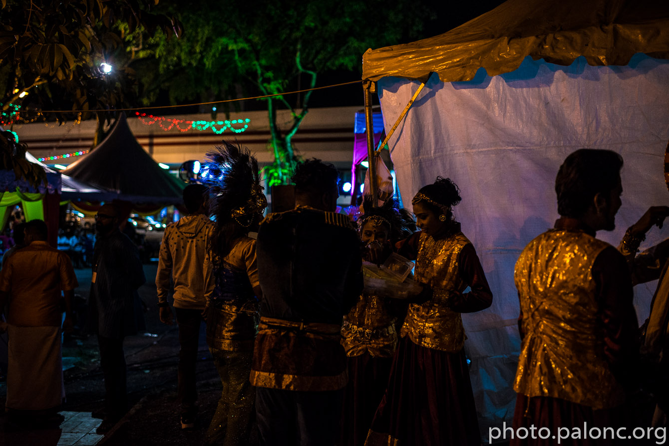 Svátek Deepawali/Diwali - všude spousta lidí.