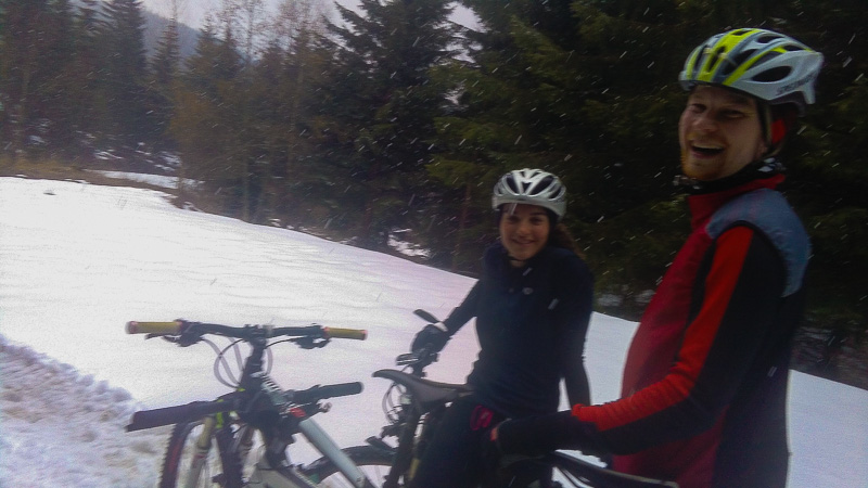 Jeli jsme však ještě dál a začalo sněžit.