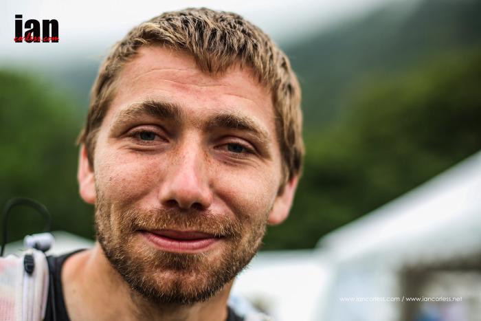 Před startem čtvrté etapy si Ian Corless na každého počíhal. To mi bylo hej.