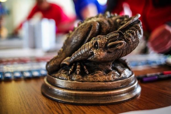 Trofej s drakem (foto Ian Corless)